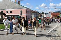 Tradiční volarský dřevákový průvod absolvovalo 152 návštěvníků oslav.