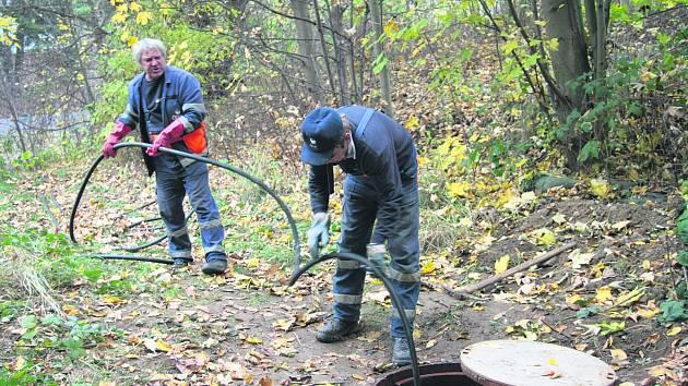 Pracovníci prachatického Čevaku odstraňují důsledky havárie na potrubí. Veškerou znečištěnou vodu odčerpávají.