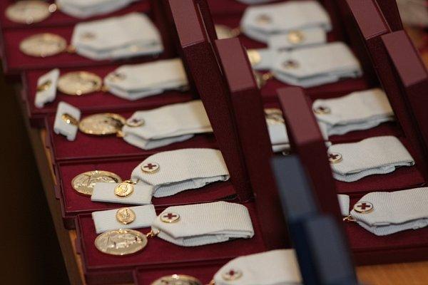Zástupci Oblastního spolku Českého Červeného kříže ocenili dobrovolné dárce krve zPrachaticka a předali jim stříbrné a zlaté Janského plakety a dva Zlaté kříže 3.stupně.