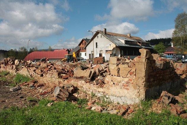 Poslední zbytky budov v areálu bývalé roty pohraniční stráže v Kvildě padly k zemi začátkem června loňského roku.
