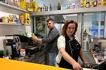 Eva a Libor Hykyšovi v Mokrém bistru, které je po celou dobu nouzového stavu drželo nad vodou.Obědy s sebou si Prachatičáci oblíbili a podpořili jeho fungování.