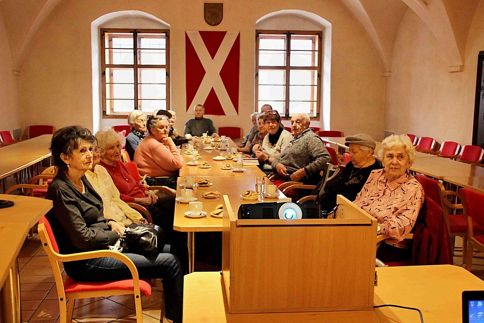 Setkání s názvem Seniorská obálka.
