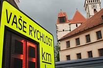 Rychlost jízdy na náměstí střeží radar.