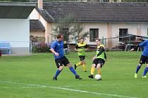 Fotbalisté Husince (modré dresy) si musejí vzít z nedohrané sezony ponaučení.