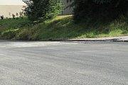 Objízdná trasa vedoucí přes Zátoň je chvílemi zkouškou nervů. Někteří řidiči čekání vzdají a jedou i na červenou.