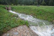Noční přívalový déšť a vytrvalé srážky zvedaly hladinu ktišského potoka a sousedních rybníků doslova před očima.