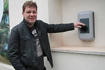 Zdeněk Kutil ukazuje nabíječku na elektromobily u hotelu zlatá hvězda.