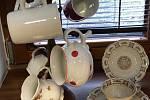 Zdeňka a Karel Hrůzovi vystavují sbírku porcelánu.