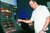 DĚTI NEMAJÍ ŠANCI. Zaměstnanec jednoho z místních nonstop barů Petr Hodina při každodenní kontrole výherních hracích automatů. Pokud si děti chtějí zahrát, nemají v herně šanci.