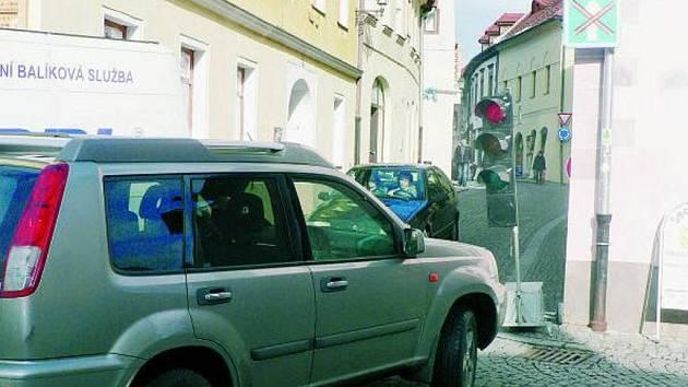 SOLNÍ ULICE. Provoz je v Solní ulici je od včerejška obousměrný. Doprava je řízena světelnou signalizací.
