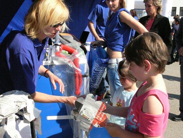Děti nosily do našeho stánku své výtvory z papíru.
