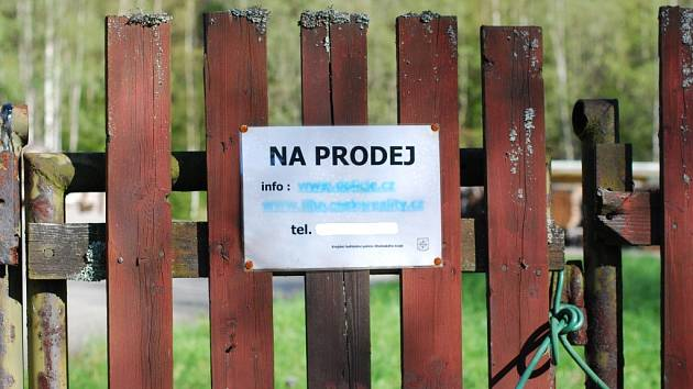 Cedulka na vrátkách hlásá něco, co už není pravda. Bývalou rotu v Borových ladech získala zdarma převodem Správa NP a CHKO Šumava.