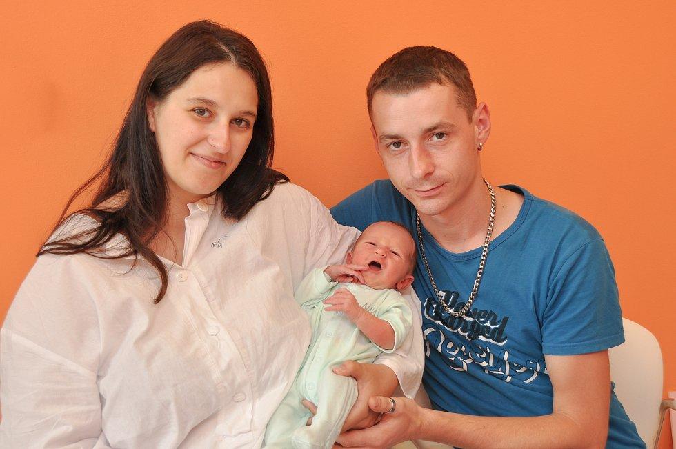 KAREL ČADA, VIMPERK. Narodil se v pátek 21. června v 9 hodin a 34 minut ve strakonické porodnici. Vážil 3260 gramů. Rodiče: Helena a Karel.
