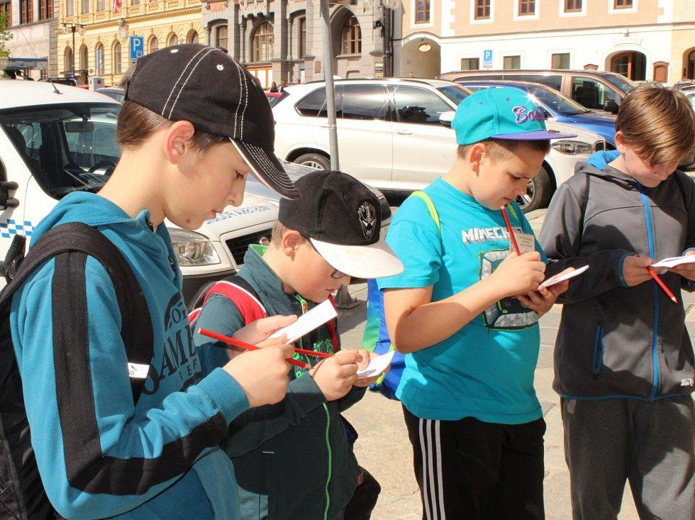 Sto dvacet dětí ve čtvrtek 11. května plnilo úkoly okresní soutěže mladých zdravotníků v ulicích Prachatic.