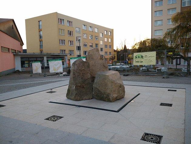 Fontánu doplňují tři kameny, po nichž  bude na jaře  stékat voda.