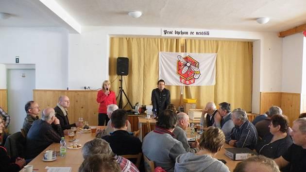 Včelaři nejen z Prachatic vyslechli přednášku učitele včelařství Ladislava Nerada.