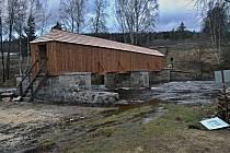 Nově opravený most za Lenorou zažil první nápor vody.