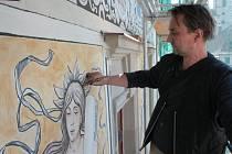 Restaurátor Tomáš Skořepa při posledních detailech na jednom ze sgrafit na fasádě Národního domu.