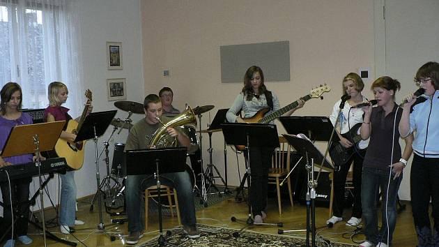 Hudební soubor Rošťáci na zkoušce
