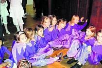 MASÁŽ. Před vystoupením si tanečníci z CrabDance vzájemně masírují svaly.