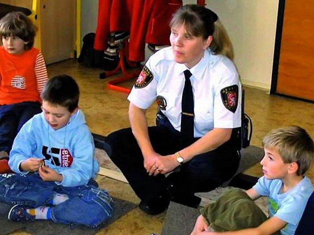 ŠKOLÁCI VĚDÍ, CO DĚLAT. Na besedě na téma Sám doma s Lenkou Habáskovou se žáci dozvěděli, jak se chovat, když jsou sami doma.