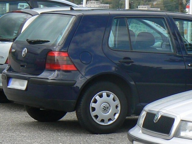 K osobnímu automobilu, kterému blikala světla, se vydali strážníci městké policie. Na místě však zjistili, že vozidlo není narušeno a proto kontrolu ukončili. Ilustrační foto.