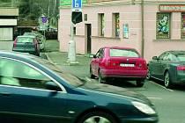 ZDARMA. Parkování na Malém náměstí je v současné chvíli zadarmo. Vybírat se začne, až firma dodá nový automat.