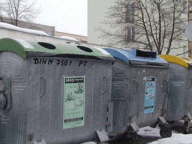 Za mužem, který vyhodil odpad do špatného kontejneru, se vydali strážníci městské policie. Ilustrační foto.