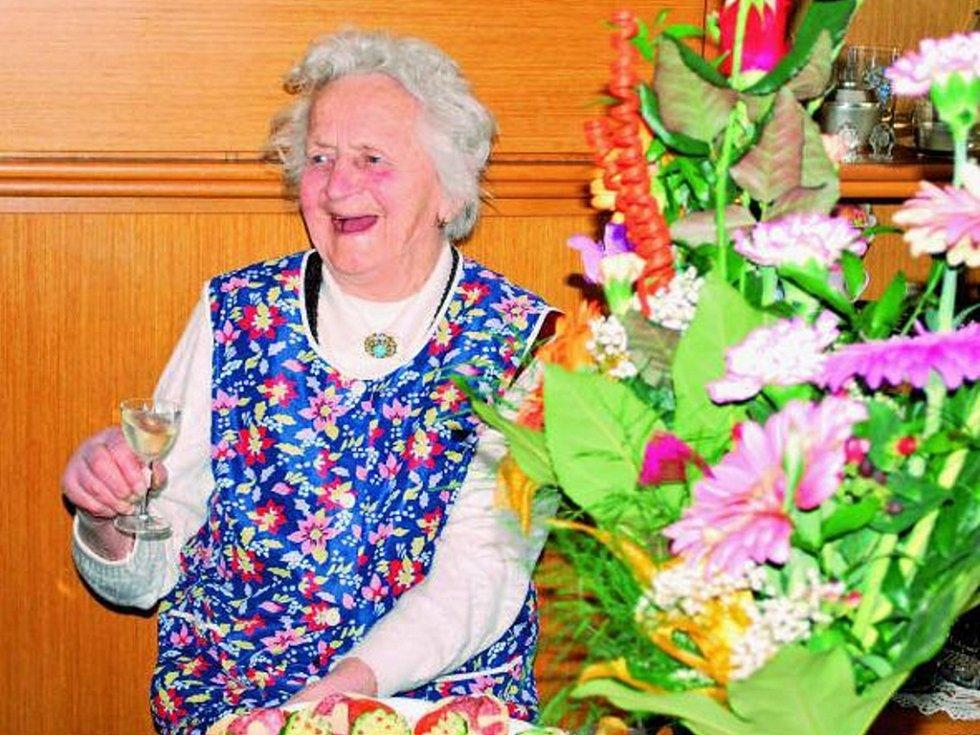 JUBILANTKA. Ten, kdo přišel 3. dubna poblahopřát Anně Vachelové ke stým narozeninám, si nutně musel myslet, že jde o chybu v rodném listě. Při hodnocení pohody, smyslu pro humor i zdravotního stavu by oslavenkyni každý hádal o třicet let méně.