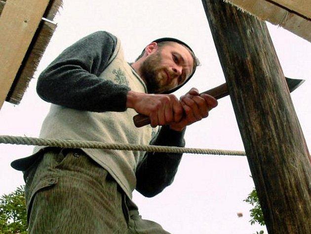PRÁCE FINIŠUJÍ. Věž archeoparku je v podstatě hotová. Příští týden se David Keltner (na snímku) pustí se svými kolegy do střechy. Vyhlídka bude opravdu stát za to.