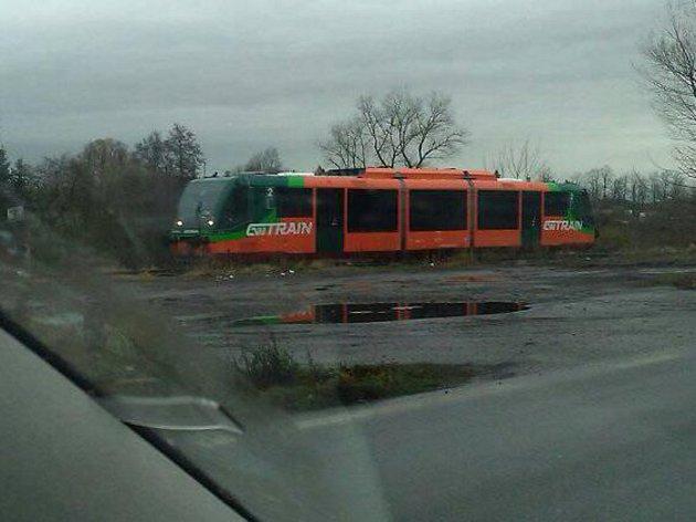 Osobní vlak na kolejích v blízkosti netolického nádraží je nezvyklý pohled od doby, kdy byl pravidelný provoz na této trati zrušen.