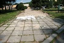 Z původní betonové dlažby před školou si někteří lidé z Volar udělali bezplatné stavebniny.