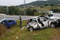 Trosky zbyly z obou vozidel při úterní nehodě na křižovatce Běleč.