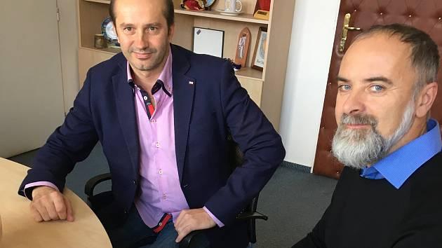 Nový městský architekt Luboš Zemen (vpravo) podepsal smlouvu se zástupci města Prachatice. Na snímku se starostou Martinem Malým.