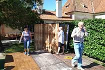 Netoličtí ochotníci připravují letní scénu na zámku Kratochvíle. Letos poprvé hrají dnes od 21 hodin.