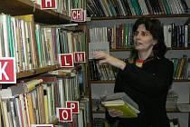 Knižní fond tvoří přes tisíc titulů knih, ve kterých se čtenáři orientují nejen podle abecedního pořádku, určitě jim dobře poradí i Eva Šanderová, jež v knihovně působí už deset let.