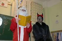 Mikuláš v každé třídě předčítal ze zlaté knihy a upozorňoval žáky na to, v čem by se měli zlepšit.