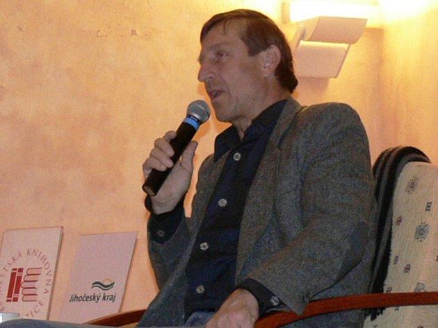 VEČER S POEZIÍ. Herec a bavič Václav Vydra zavítal do prachatického Radničního sálu,  kde rozesmál desítky posluchačů.