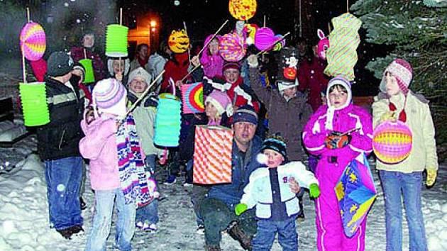 BAVILI SE. Průvod a diskotéka pobavil nejen malé obyvatele obce, ale i jejich rodiče.