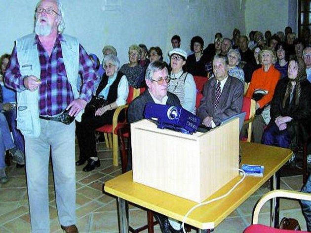 PŘEDNÁŠKA. Radniční sál byl zcela zaplněn, přednáška Zapomenuté Prachatice táhla.