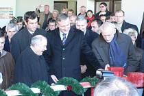Předseda bavorské vlády Günther Beckstein (vlevo) neskrýval  při zvedání závory své nadšení.