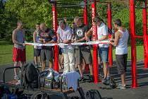 Cvičení pod širým nebem získává na stále větší oblibě. Sestavu určenou pro cvičení a posilování podobnou té na snímku z Chrudimi budou mít do tří týdnů k dispozici i zájemci o cvičení ve Vimperku.