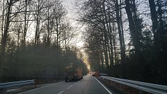 Pětiměsíční harcování se po úzkých okreskách objízdných tras končí. Od 15. listopadu mohou řidiči opět využívat silnici spojující okresy České Budějovice a Prachatice mezi Němčicemi a Češnovicemi.