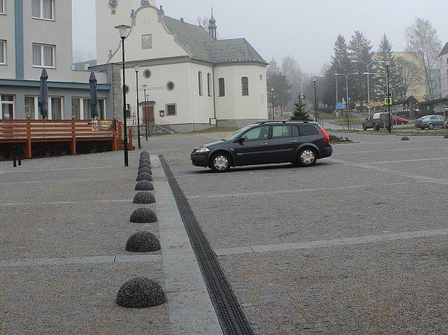 Živelnému parkování na volarském náměstí je konec.