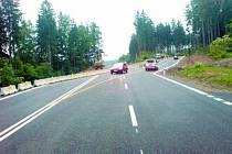 JEDOU PO NOVÉ. Kilometr nové silnice mají nyní k dispozici motoristé mezi Těšovicemi a Husincem. Jezdit zde ale musejí stále opatrně.