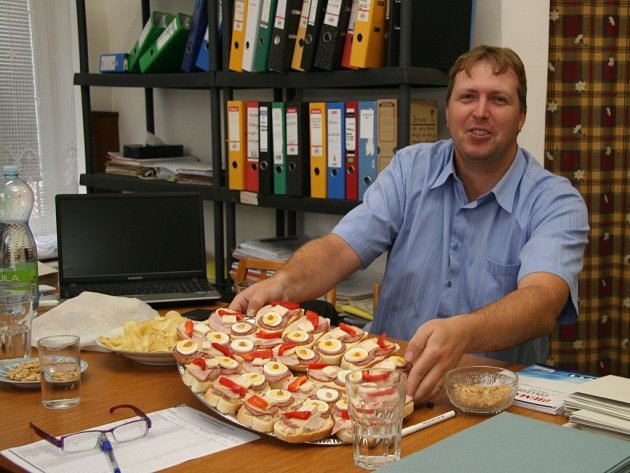 Svou premiéru ve volební komisi vTěšovicích si odbývá při letošních krajských volbách jediný muž Miroslav Leffler. Aty chlebíčky připravil sám prý jako zápisné.