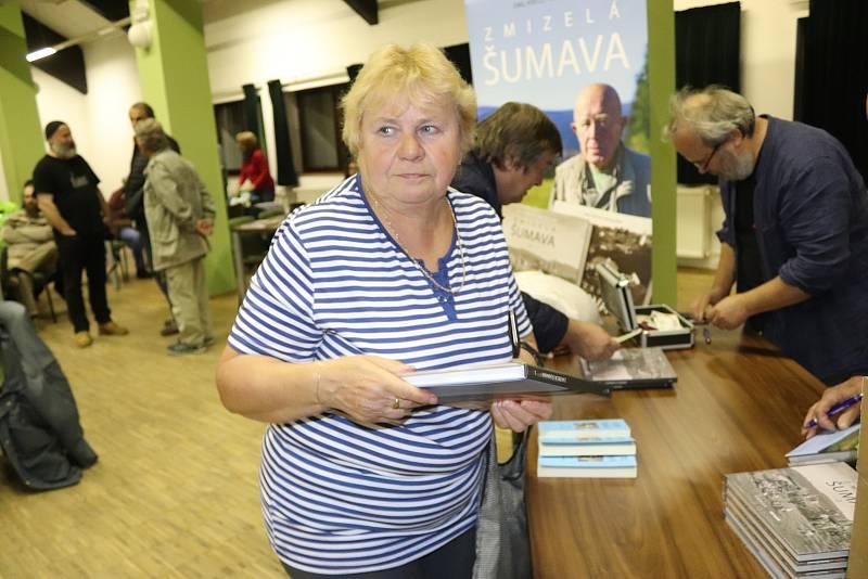 Křest páté série filmu a druhého dílu knihy Zmizelá Šumava ve Volarech.
