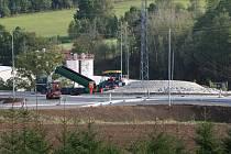 Stavba okružní křižovatky u Těšovic se po téměř patnácti týdnech chýlí ke konci.