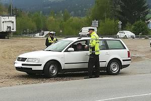 Policisté vyrazili na kontrolu, posvítili si na pásy i telefonování za jízdy.