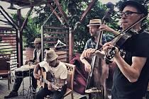 Muzikanti zahráli seniorům z Prachatic pod schody.